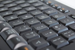 高さ9.3mmの極薄キーボード「Illuminated Keyboard k740」実機レビュー