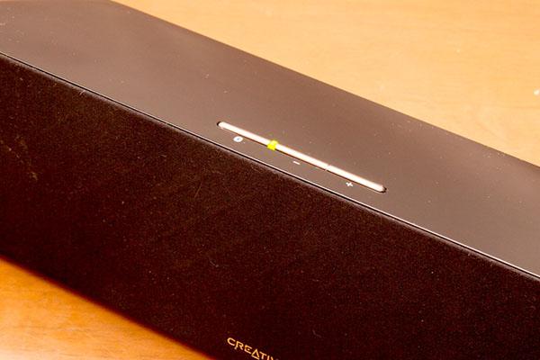 左端の接続ボタンを押してスマホやタブレットと接続すると、LEDが緑から青に変わる