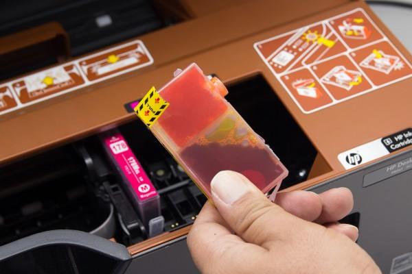 互換インクのパッキングテープとキャップを外して取り付ける