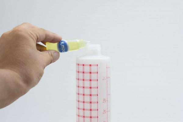 スプレー容器に精製水と無水エタノールをそれぞれ100mlずつ入れ、ヒバ油を数滴たらす