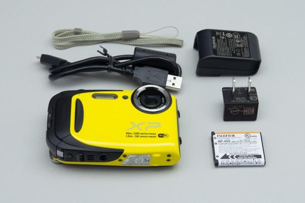USBケーブルとコンセント、バッテリーのほか、ストラップも用意されている