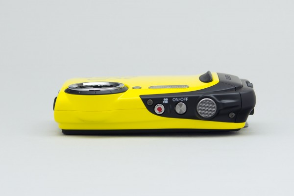 本体上部には動画撮影ボタンと電源ボタン、シャッターボタンを配置