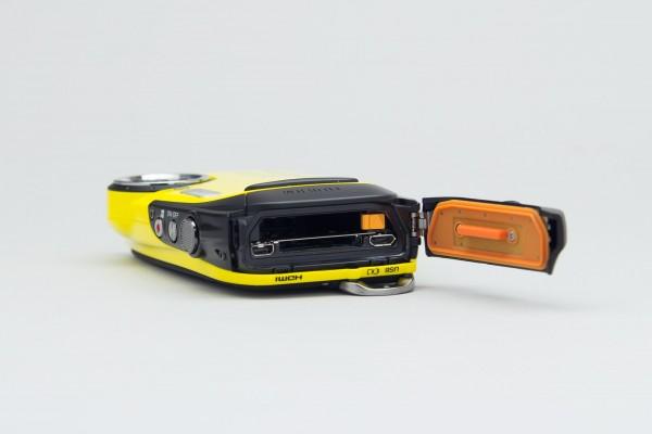 カバーを開けると、メモリーカードスロットとmicroUSB端子、microHDMI端子を利用できる