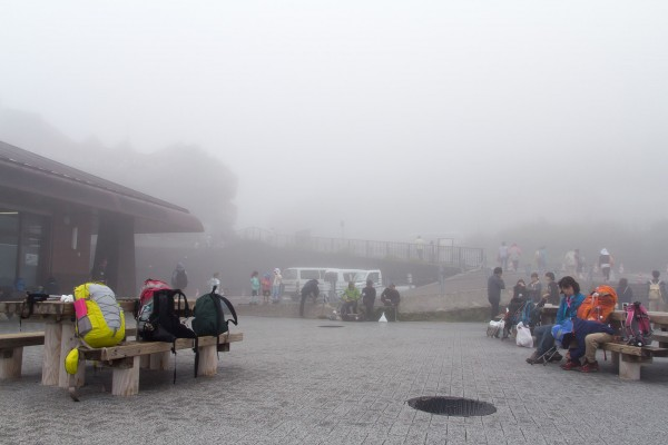 深い霧に覆われた富士山5合目