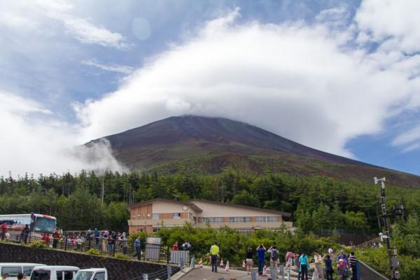ときおり霧が晴れるものの、山頂には雲がかかっていた