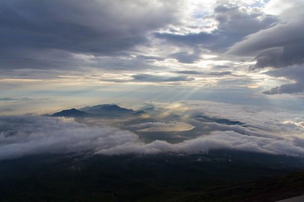 雲間から差し込む光りに照らされた山中湖(6時ごろ撮影)