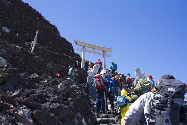 昨年の登山の様子。写真は頂上間近の鳥居