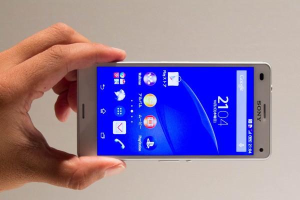 Xperia Z3やiPHone 6 Plusと比べるとかなり小さい