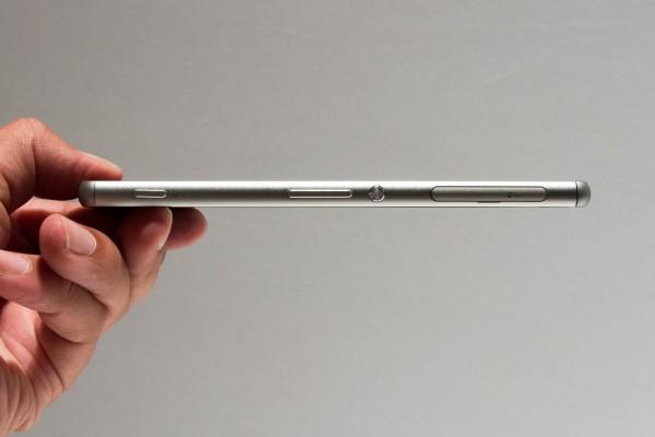 厚さは約7.3mm。他社製品と比べると、それほど特別薄いわけではない