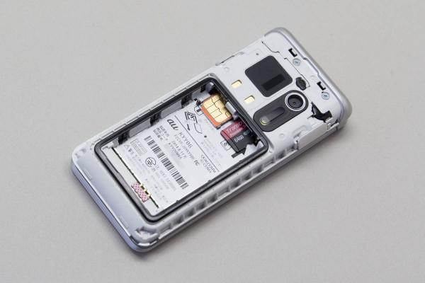 バッテリーパックの下には、マイクロSIMカードスロットとマイクロSDカードスロットが用意されていている