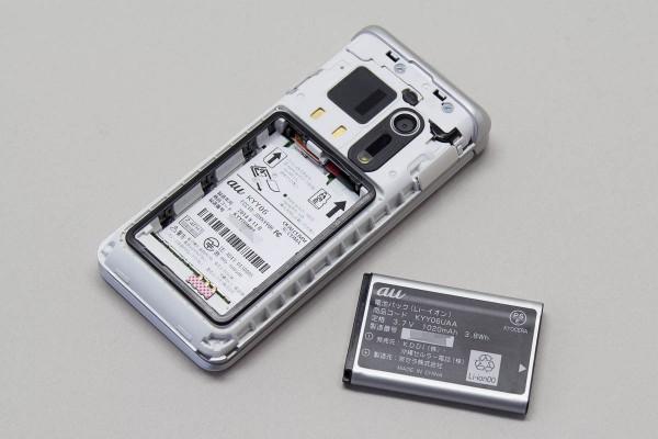 バッテリー容量は1020mAh。経年劣化で容量が減っても、自分で交換できる