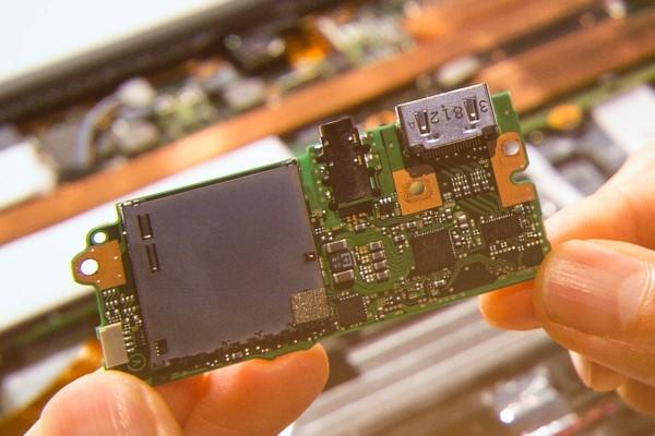 メモリーカードスロットとHDMI端子などを搭載した小基板。スロットの操作感を高めるために、1/100mm単位で調整を行なったのだとか