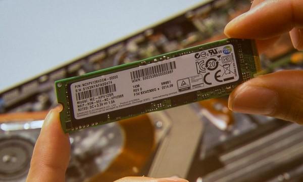 分解イベントの映像から、使用されているSSDはサムスン製の「MZHPV128HDGM」(Samsung SSD SM951)であることがわかる