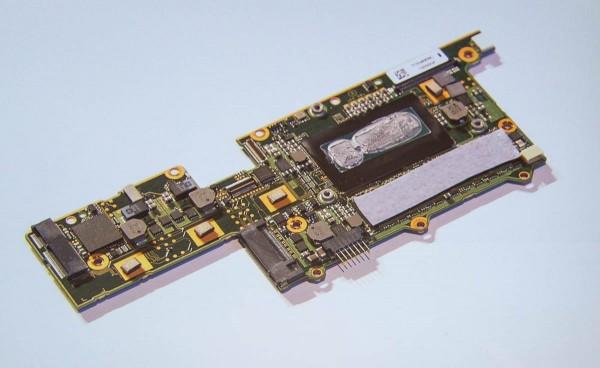 VAIO Zのマザーボード。開発者によると、「キレイな基板ほど、性能が高い」のだとか
