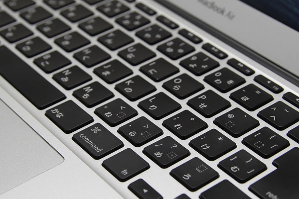ストロークの深いMacBook Airのほうが、キーのタイプ感が上のように感じる
