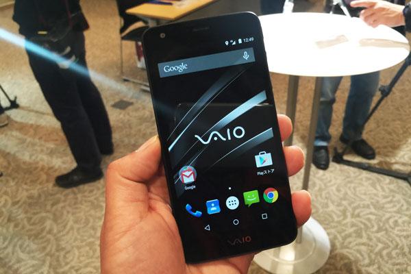 VAIO Phoneは薄くはあるものの、デザイン的には標準的(VAIO Phone発表会にて)