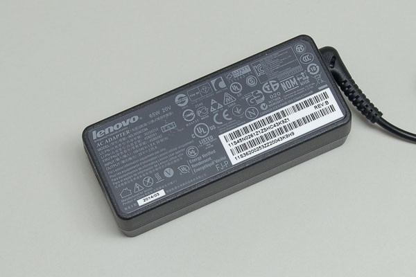 付属のACアダプター。コードを含めると重量は420g
