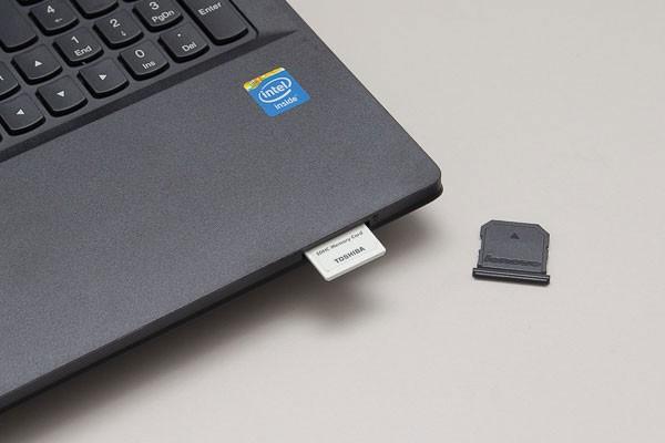 メモリーカードスロットの場所は本体前面。対応メディアはSD/SDHC/SDXC
