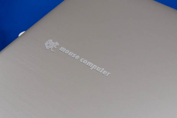 本体カラーはシルバーで、ボディは樹脂製。天板にはヘアライン加工が施されている