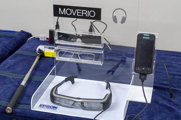 MOVERIOのヘッドセットとコントローラー、および付属のシェード