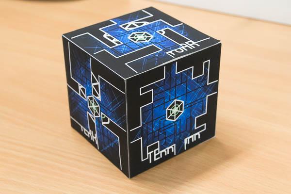 それぞれの面に異なるマーカーが貼り付けられた箱。MOVERIOのアプリから見ることで、迷路とボールが表示される