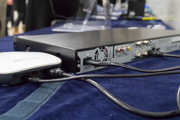ワイヤレスミラーリングアダプターと映像機器はHDMIケーブルで接続。アダプターとMOVERIOはワイヤレス(Miracast)で接続される