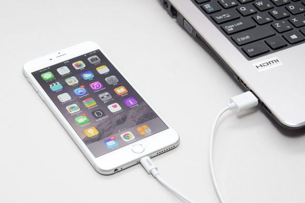 iPhoneとパソコンをケーブルで接続する