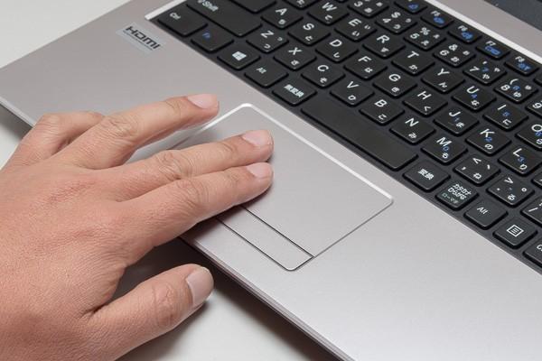 タッチパッドは左右のボタンが一体化したタイプ。右クリックはやや強めに押しこむ必要がある