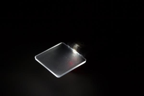 周囲が暗くなるとライトが自動的に点灯する