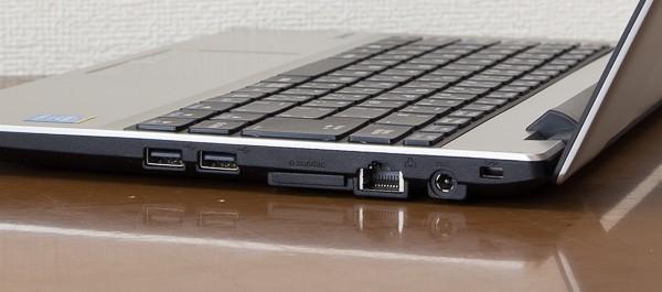 右側面の端子類は、左からUSB2.0×2、マルチカードリーダー(SD/SDHC/SDXCカード対応)、有線LAN端子、ケンジントンロック(セキュリティ錠の取り付け穴)の構成
