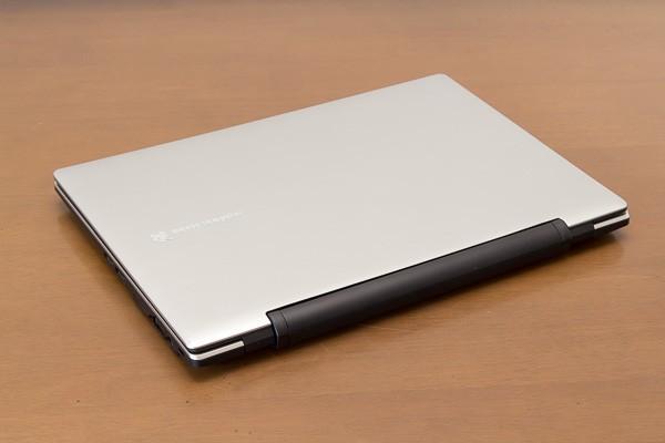 LuvBook Jの天板(液晶ディスプレイ)を閉じた状態