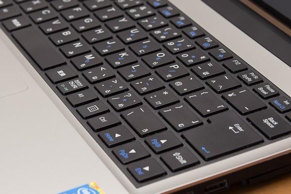 キーストロークは約1.8mmで、13.3型のモバイルノートパソコンとしては深め