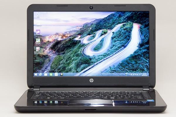 ノートパソコンでもっとも多い15.6型と比べると、14型のHP 14-r200はかなりコンパクトです