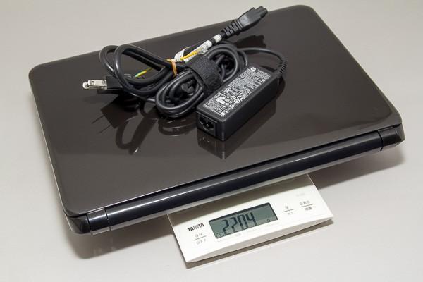充電に必要な付属のACアダプターを加えると、重量は約2.2kgに