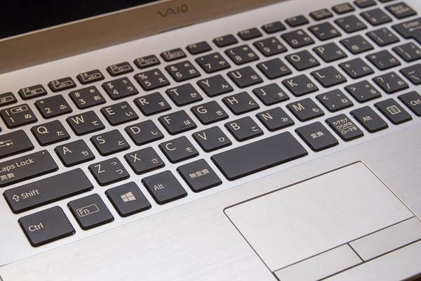 タッチパッドは左右のボタンがパッド部分から独立しています