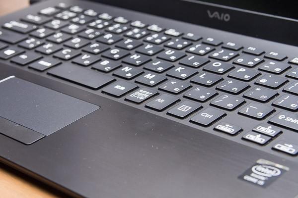 キーストロークはやや浅めの約1.2mm。ちなみにこちらはブラックタイプの「VAIO Pro 13 | mk2」