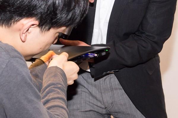 液晶ディスプレイとキーボードのあいだにペンを挟み、強く閉じるテスト