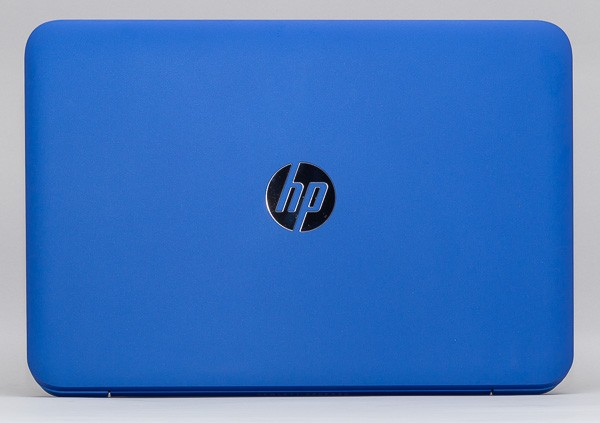 鮮烈なブルーの本体カラーを採用。天板の中央にはシルバーで日本HPのロゴが配置されています