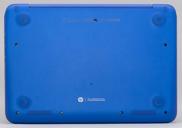 HP Stream 11の底面部分。接地面積は幅300×奥行き207mmで、A4用紙とほぼ同じ大きさ