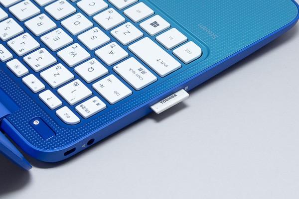HP Stream 11にはSDメモリーカードスロットが用意されていますが、MacBook Air 11インチモデルでは外付けのカードリーダーを用意しなければなりません