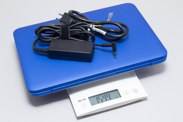 付属の電源アダプターと合わせると、重量は1.544kgでした