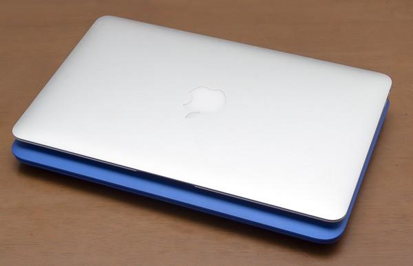 幅は同じですが、奥行きはMacBook Air 11インチモデルのほうが15mm小さい