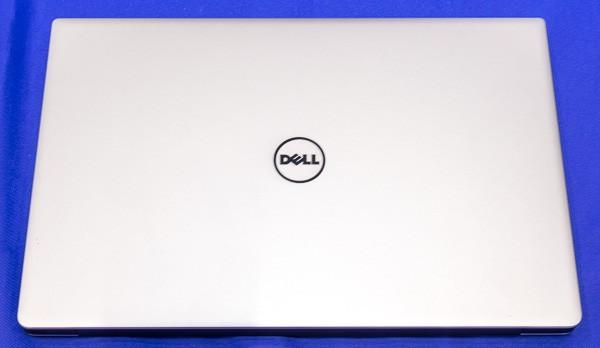 接地面積は幅304×奥行き200mm。同じ13.3型の13インチMacBook Pro Retinaディスプレイモデルと比べると、面積はおよそ%程度