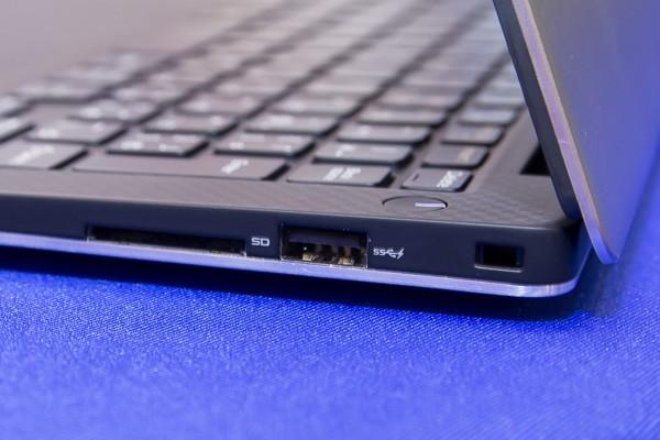 左側面にはSD/SDHC/SDXC対応メモリーカードスロットと、USB3.0端子(充電機能付き)を用意