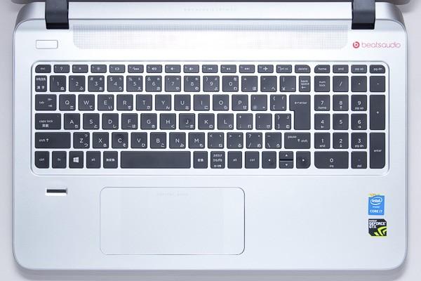 標準的な日本語配列のキーボードを採用。数値入力に便利なテンキーも付いています