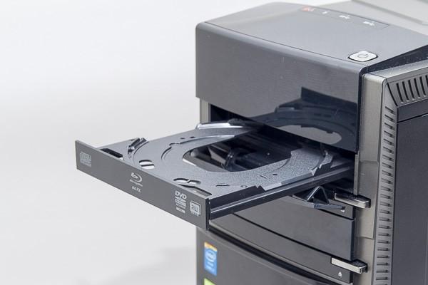 光学ドライブにはDVDスーパーマルチドライブやブルーレイディスクドライブを選択可能。オプションで光学ドライブを2基搭載することもできます