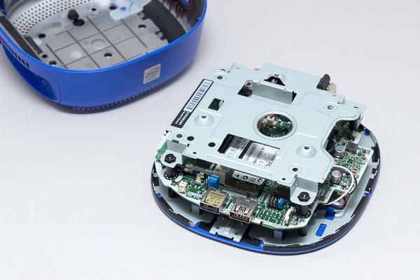 中身をケースから取り出した状態。基板の上に、2.5インチのシャドウベイが用意されており、同梱の増設キットを使うことでHDDを取り付けられます