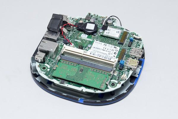 シャドウベイを取り外すと、基板が現われます。メモリースロットは2基で、ここにSO-DIMMメモリーを増設可能です