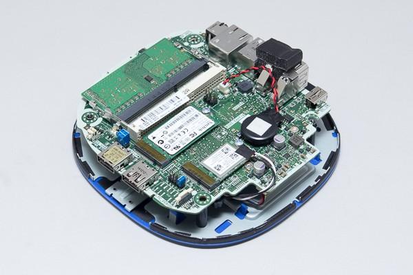 M.2スロットには、32GB SSDと無線モジュールが接続されています。自分で交換することができますが、ほかの部品が干渉するため、使えるパーツが限られてくるかもしれません