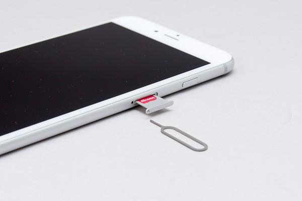 SIM取り出しツールを押し込むと、SIMカードトレイが出てきます
